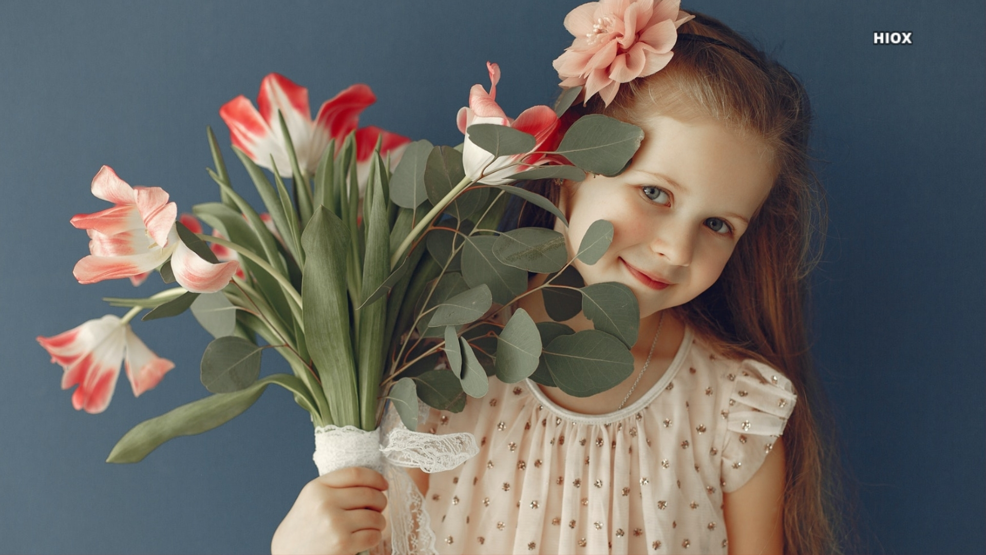 Little Girl With Flowers Hd Photo